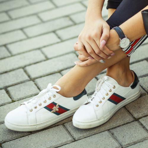 Obuwie sportowe dla kobiet, TYMOTEO 086 BIAŁE - Modne trampki z owadem - Biały WYPRZEDAŻ -20% 1 (-20%)