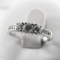 Złoty pierścionek z brylantami P978